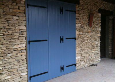 Remplacement de volets en bois par des volets en aluminium bleus